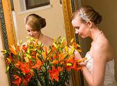 Panna młoda i kwiaty — Zdjęcie stockowe