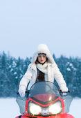 Kadın ve kar arabası — Stok fotoğraf