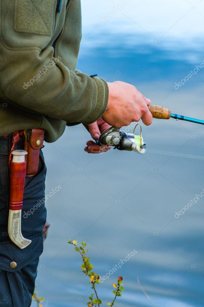 рыбак бросает