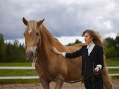 Jonge vrouw en paard — Stockfoto