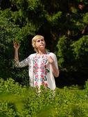 Donna in giardino — Foto Stock