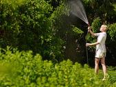 Donna e giardino tubo — Foto Stock