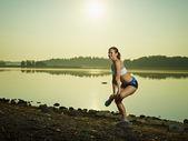 若い女性のストレッチ — ストック写真
