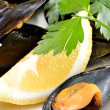 Ref mussels with lemon — 图库照片