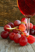 Rose wine and grapes — Stock Photo
