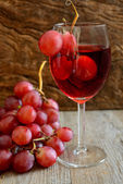Rose wine and grapes — 图库照片