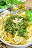 Linguine pasta met pesto — Stockfoto