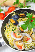 Spaghetti with clams fasolari and mussels — Stock Photo