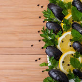 Mussels with lemon and spices — Stock Photo