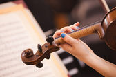 Girl playing on violin — Stock Photo