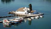 Vlacherna klooster en muis eiland op corfu, griekenland — Stockfoto