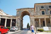Arquitectura de ciudad antigua de corfú - el palacio de san miguel y saint georges — Foto de Stock