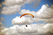 Paratrooper on the background of blue , clody sky — Photo