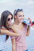 Två vackra unga flickor i solglasögon — Stockfoto