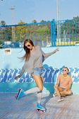 Zwei schöne junge mädchen sonnenbrillen in einen leeren pool — Stockfoto