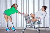 Deux belles jeunes filles avec un scateboard, rouleau scates et un — Photo