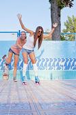 Zwei schöne junge mädchen auf dem boden einen leeren pool — Stockfoto