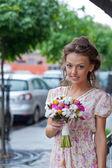Ein schönes junges Mädchen im Sommer Kleid mit einen Blumenstrauß i — Stockfoto