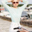 Beautiful girl with city bike at sea pier — 图库照片