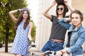 красивые молодые люди на фоне городских — Стоковое фото