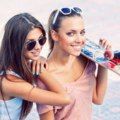 Two beautiful young girls in sunglasses — Stock Photo