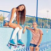 Boş bir havuza iki güzel genç kız — Stok fotoğraf