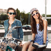 Beautiful young people on urban background — Stock Photo