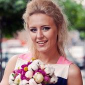 Una chica guapa en verano vestido con un ramo de flores me — Foto de Stock