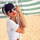 Een mooi jong meisje in retro-look met rode lippen in een witte sw — Stockfoto