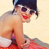 Uma linda jovem em look retro, com lábios vermelhos em um sw branco — Foto Stock