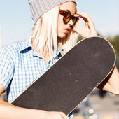 Beautiful blonde girl in beanie hat and leopard sunglasses with  — Stock Photo