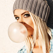 Beautiful blonde girl in beanie hat with smokey eye make up who  — Stock Photo