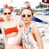 Two beautiful girls at sea pier — ストック写真