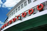 Geordende leven ringen op veerboot — Stockfoto