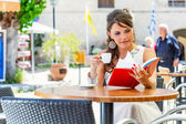 Young woman is sitting in the cafe — Stock Photo