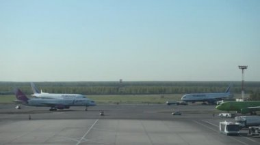 View on runway in International airport Domodedovo, Moscow, Russia — Stock Video