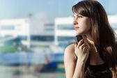 在机场内的女人 — 图库照片