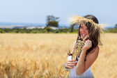 A woman is in the field with a wreath — Stock Photo