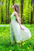 žena v lese — Stock fotografie