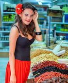 испанский женщина на рынке — Стоковое фото