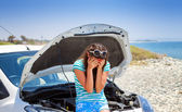 Woman is standing near broken car — Stock Photo