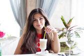 Kobieta w restauracji jest pić koktajl — Zdjęcie stockowe