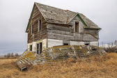 Abandoned farm house on prairie — Stock Photo