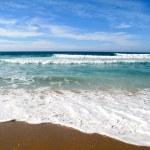olas rompiendo en la orilla del mar — Foto de Stock
