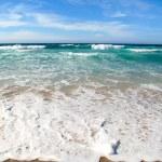 ondas quebrando na costa do mar — Foto Stock