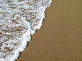 Vagues déferlant sur le littoral — Photo