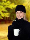 飲んで何かホット ブロンドの女性 — ストック写真