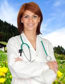 Médico com um fundo de paisagem agradável — Fotografia Stock