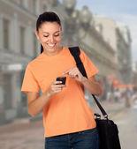 Söt student tjej med en mobil — Stockfoto