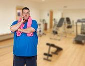 Zamyšlený tlustý muž hraje sport — Stock fotografie